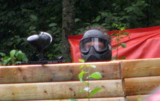 Tittut i full paintballmundering.